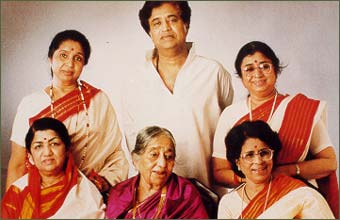 Lata with mother & siblings Asha, Usha, Meena & Hridaynath